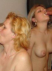 Horny maman et sa fille se régalent de boeuf de la famille mâle