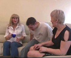 Maman attentionnée fait comprendre à son fils et à sa petite amie ce qu'est le vrai sexe chaud