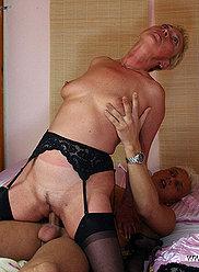 Old ho met sa lingerie la plus sexy pour séduire son petit-fils pendu