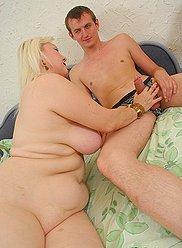 Jeune garçon enfonce sa viande dure comme de la pierre dans l'arraché de sa maman blonde