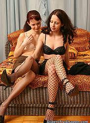 Les soeurs dans les nylons se transforment en léchage sauvage