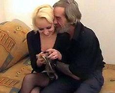 Vieux père lèchent la chatte de l'odeur de la fille