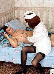 Une infirmière rousse mature en bas traite son fils avec une fellation