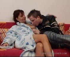 MILF Yummy avec de longues cruches défoncées rebondit sur la tige d'amour forte de son fils