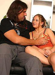 Fille aux gros seins épais monte son père pendu sauvage sur un lit
