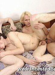 Couple de beaux frères se frotte pendant la douche