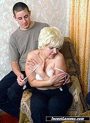 La mère d'une mariée est baisée à la fête des célibataires par le fils et ses amis