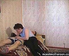 Les devoirs se transforment en une mère qui enseigne et le fils se baise