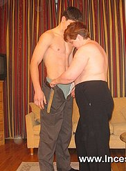Les garçons lâches pulvérisent la maman chaude de leurs schlongs