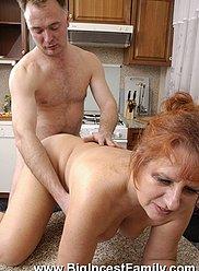 Une fête de thé en famille se termine dans un sexe torride entre papa et mamie
