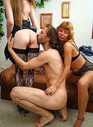 Fille blonde chaude a lancé une orgie de famille-putain