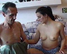 Le cul de sa fille séduisante leurre le père corné pour aller sauvage