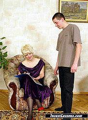 Jeune fils baise sa mère blonde potelée dans le fauteuil
