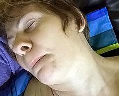 Horny jeune garçon se débarrasse de la tension sexuelle avec l'aide de sa maman sexy