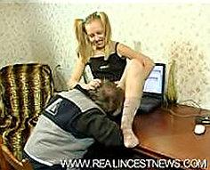 Teen Babe obtient sa chatte humide profondément foré par Pecker de son père