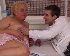 Oldie blonde en surpoids se fait pilonner par son fils adolescent cornée en levrette