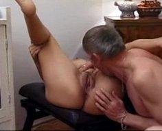 Vieil homme amoureux de sa fille scrute son cul et laboure son arraché