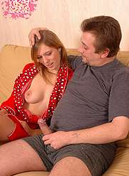 Sexy babe soulevant la jupe pour papa