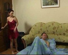 Brunette mûre va pour une chevauchée sauvage sur le shlong palpitant de son fils