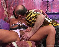 Nasty chauve âgée claque sa bite lancinante dans les fesses de sa fille