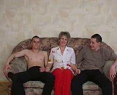 Vorace mère séduit ses fils adolescents inexpérimentés