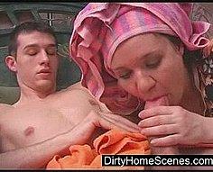 Maman baisse le sperme de la verge de son fils