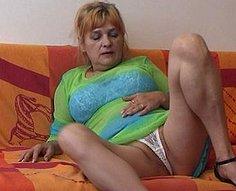 Sexy vieille mère se masturbe et se fait baiser par son fils