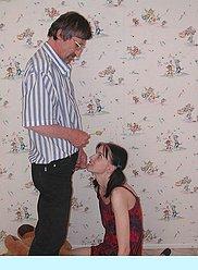 Le père ivre veut baiser sa propre fille