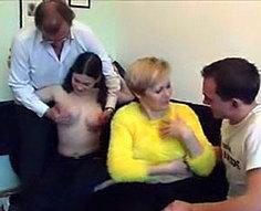 Vidéos de l'orgie de l'inceste de la famille # 5