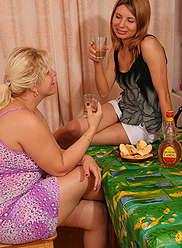 Maman doigts jeune trou de la fille et baise avec un strapon