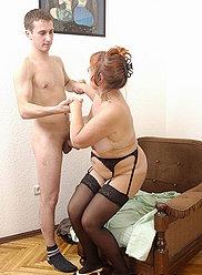 Oldie aux cheveux de gingembre prend une aventure sexuelle sale avec son propre fils