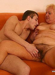 Blonde mamie séduit son petit-fils en lui montrant ses melons