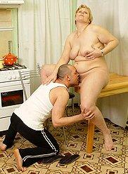 Horny fils séduit sa charmante maman mature pendant qu'elle cuisine