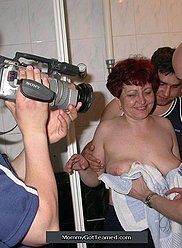 Pris dans le bain, la mère se fait gangbanguer par trois fils