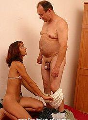 XXX photos du méchant papa - le voir forant la fente de sa propre fille