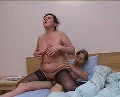Sa matinée commence par un sexe sauvage avec sa mère insatiable
