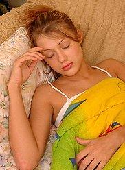 Poussin endormi bourré avec la verge de son vilain frère