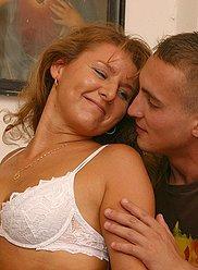 Maman lascive décide de former son fils pour devenir un amoureux qualifié
