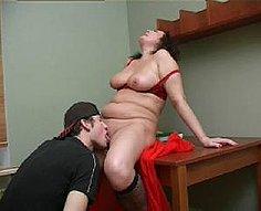 Part.1Lustful mère distrait son fils avec une fellation et se fait baiser