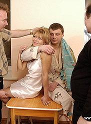 La famille tire une orgie d'inceste fou avec deux dames et trois gars impliqués