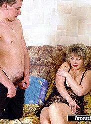 Deux jeunes baisent leur mère en lingerie noire