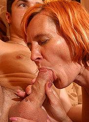 Mère rousse draine tout sperme de son jeune amant cornée