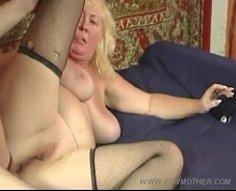 Maman blonde joufflue manque assez de sexe pour le faire avec son propre sonny
