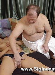 Grand-père rend visite à sa fille endormie pour l'utiliser comme une salope