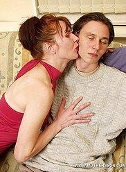 Nasty mère en bas arrache la raideur de son fils corné