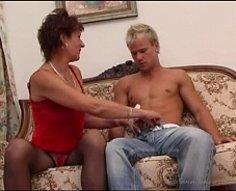 Yummy Oldie donne une branlette à son petit-fils avant de lui laisser tester sa chatte
