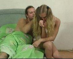 Blondie adolescente avec le corps le plus chaud imaginable se fait baiser par son papa