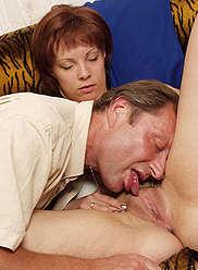 Sexy jeune fille mange de la viande raide de son père