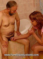 Adolescent étend ses hanches de rechange séduisantes pour papa