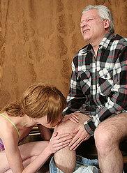Baiseur aux cheveux gris apprend à sa fille adolescente effrontée une bonne leçon de sexe